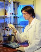 Eine Forscherin stellt Dentalpräparate aus einem neuen Material her.