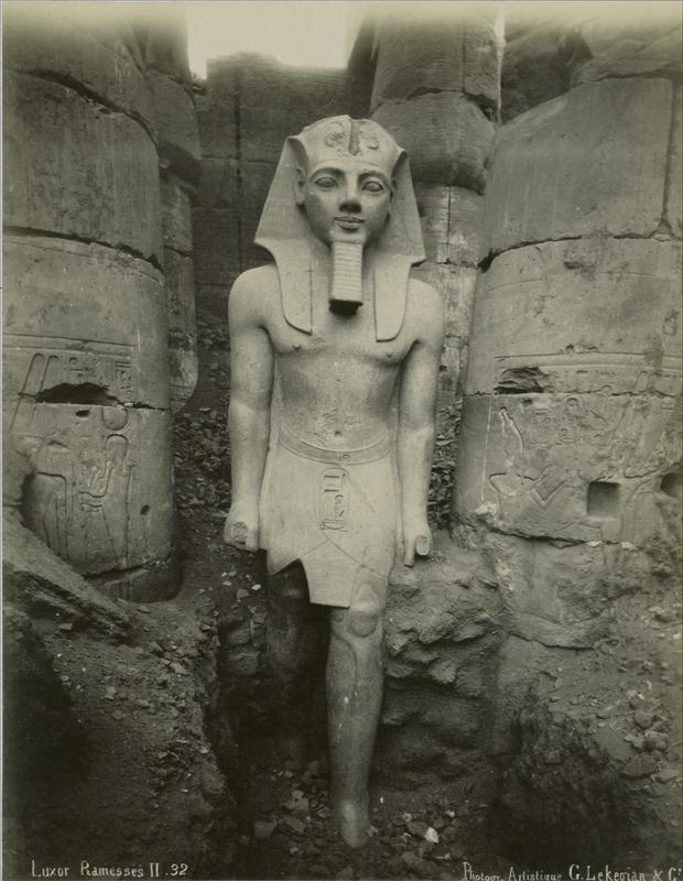 Dieses Foto einer Statue des Pharaos Ramses II. stammt aus der Zeit vor 1890.
