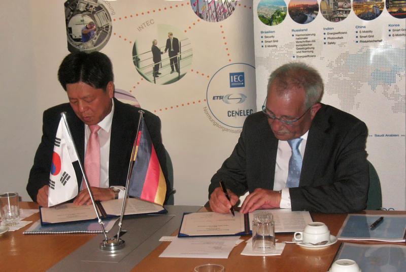 Dr.-Ing. Bernhard Thies (r.), Sprecher der DKE-Geschäftsführung, und Chun-Jin Park, stellvertretender Vorsitzender von KEA.