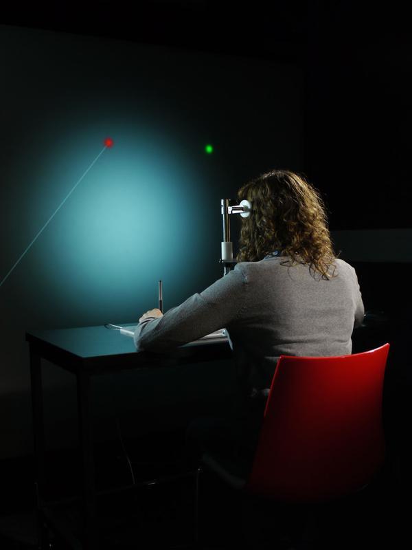 Der Versuchsaufbau: Studienteilnehmerin beim Experiment Foto: Jochen Kopp/Uni Bielefeld und Cesare Parise/MPI für biologische Kybernetik