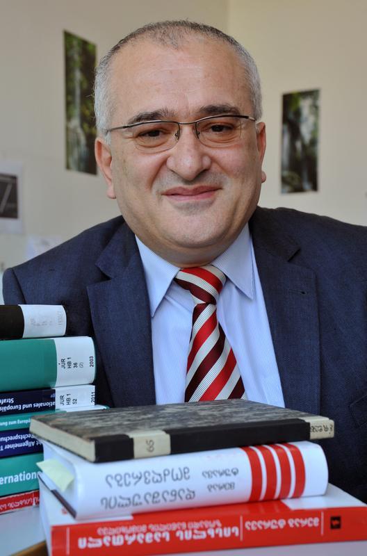 Der Alexander von Humboldt-Stipendiat Prof. Dr. Merab Turava hat sich für seinen Forschungsaufenthalt die Friedrich-Schiller-Universität Jena ausgesucht.