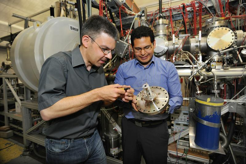 Enrique Minaya Ramirez (r.) and Michael Block with the Shiptrap ion detector