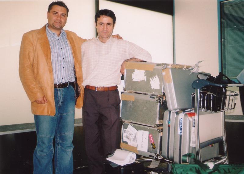 Dr. Mario Zacharias (links) auf dem Flughafen in Pristina mit Prof. Lutfi Dervishi mit den Instrumentenkoffern
