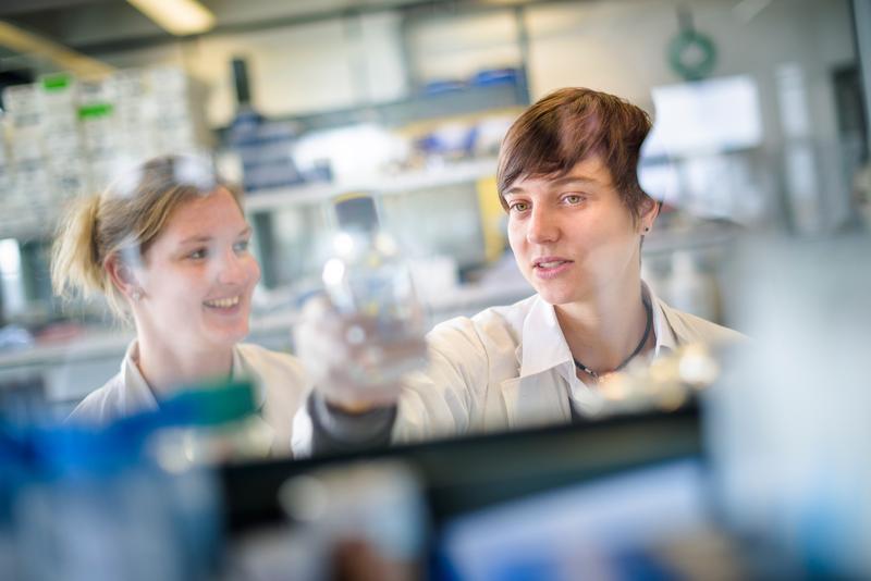 Mit der sogenannten Optogenetik erzeugt Olivia Masseck (rechts) Nervenzellrezeptoren, die sich mit Licht an- und abschalten lassen.