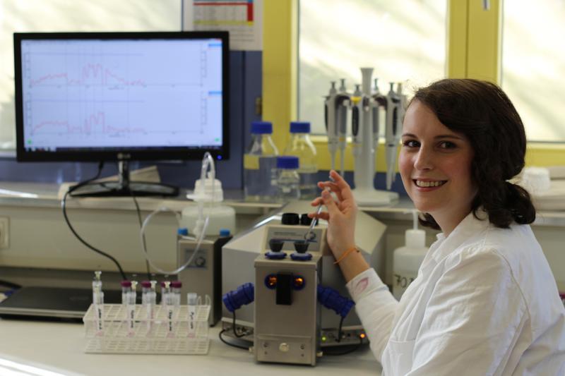 Christina Böck bei der Arbeit  im Labor