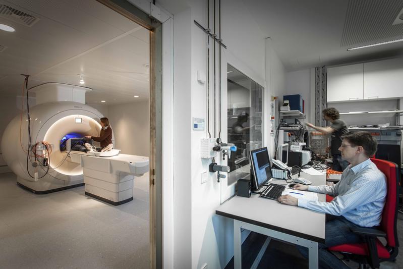 Kino im Kernspin: Jörg Stadler (r.) im MRT-Kontrollraum, während der Proband für die Messung vorbereitet wird.