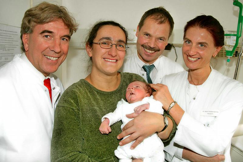 Доктор с коллегами и пациентами