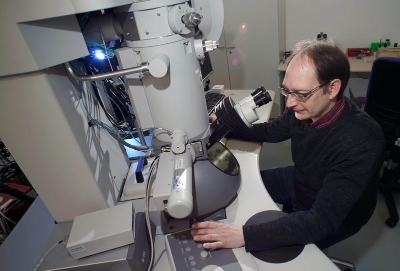 Der Jenaer Mineraloge Dr. Kilian Pollok an einem hochmodernen Transmissionselektronenmikroskop, das zur Analyse des Minerals Erionit genutzt wurde.