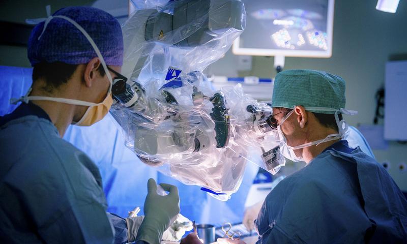 Neurochirurgen operieren unter dem Mikroskop.