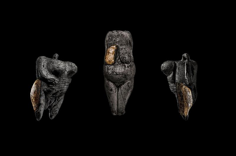 Projektion der Breitenbacher Elfenbeinfragmente auf die Oberschenkel und Brustpartie der »Venus vom Hohle Fels« und einer Venusfigur aus Elfenbein von der Fundstelle Kostenki 1