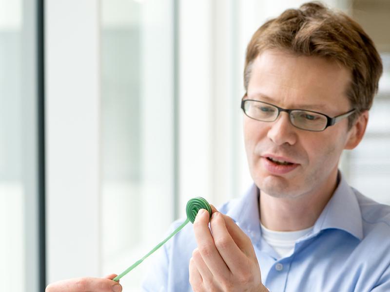 Prof. Mikael Simons erforscht mit seinem Team den Auf- und Abbau von Myelinhüllen, die Nervenfasern umgeben und bei der Multiplen Sklerose zerstört werden.