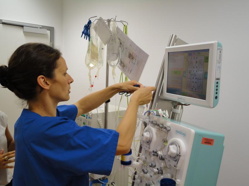 Studienschwester Kristin Werner beim Aufbau der Dialysegeräte für die Blutwäsche.