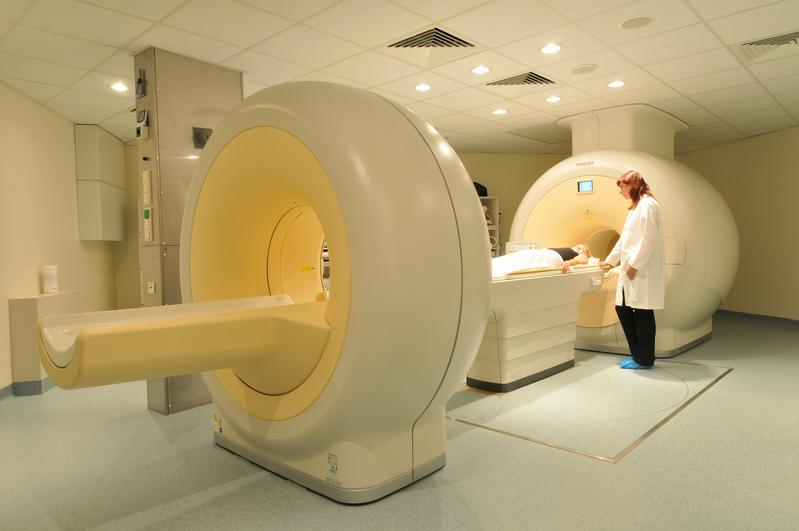 Fast zeitgleich kann das PET/MRT-Kombinationsgerät den Stoffwechsel von Tumoren mit Positronen-Emissions-Tomographie (PET) und deren Lage mit Magnet-Resonanz-Tomographie (MRT) bildlich darstellen.