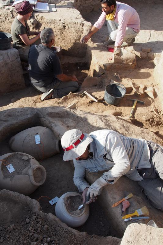 Discovery and unearthing of the vessel containing the Assyrian clay tablets in Bassetki.
