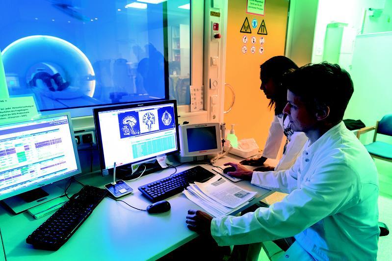 Welche Therapie für einen Schlaganfallpatienten in Frage kommt, entscheidet sich meinst am MR-Scanner. Studienleiter Prof. Dr. Götz Thomalla (r.)