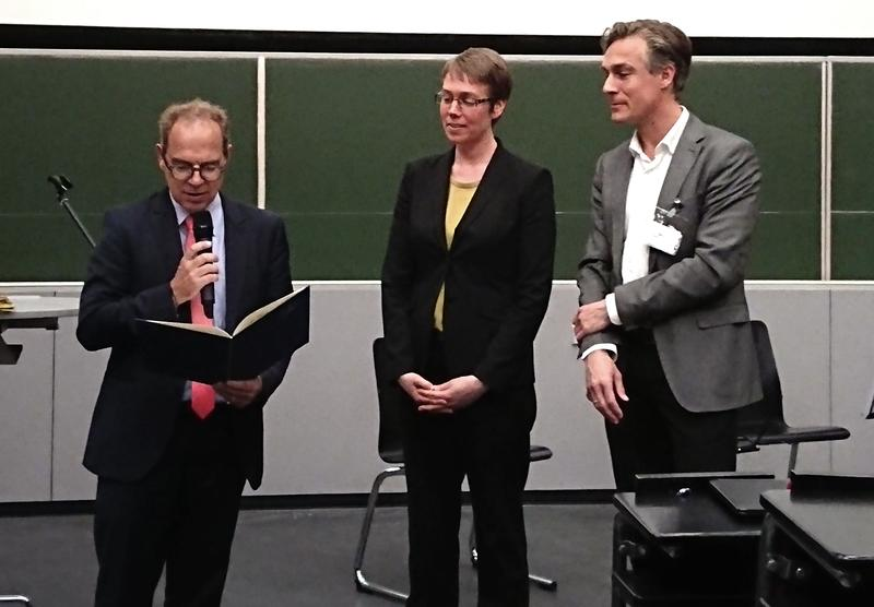 Ellen Backus is awarded with the Nernst-Haber-Bodenstein Prize at a ceremony in Hannover.