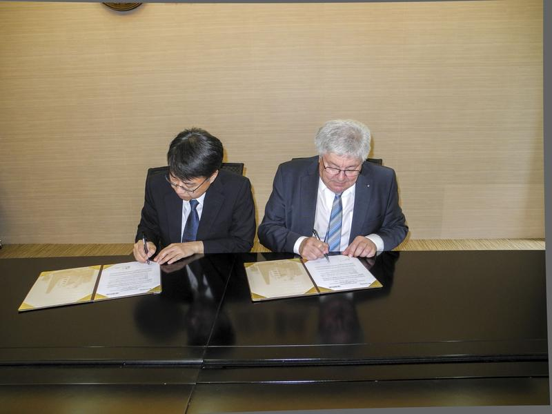 Prof. Bing-Jean Lee (left) and Prof. Dr. Günter Bräuer (right) sign a Memorandum of Understanding between the Fraunhofer IST and the Feng Chia University.