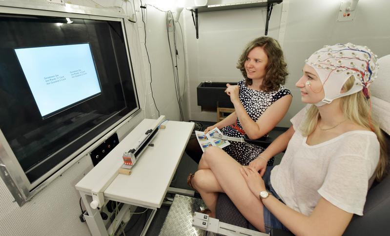Dr. Barbara Schmidt (l.) von der Universität Jena erläutert einer Probandin das Experiment.