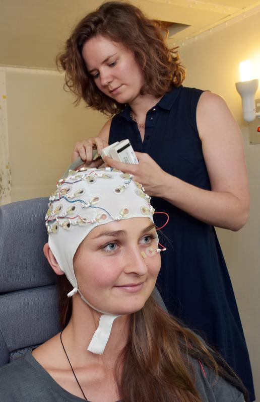 Die Jenaer Psychologin Dr. Barbara Schmidt bereitet eine Probandin für das Experiment vor.