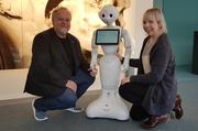 "Prof. Dr. Arvid Kappas and doctoral student Rebecca Stower with the robot ""Pepper"" © Jacobs University"