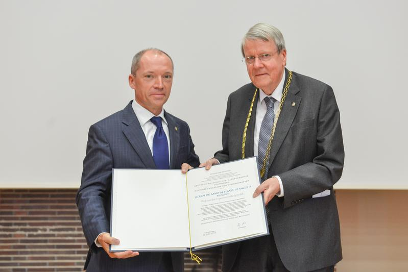 Leopoldina President Prof. Dr. Jörg Hacker (right) presents Prof. Dr. Martin Hrabě de Angelis with the certificate of admission to the National Academy of Sciences