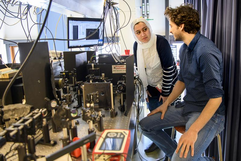 First authors Elham Fadaly (left) and Alain Dijkstra (right) at their optical setup to measure the emission of light from the hexagonal-SiGe nanowires.