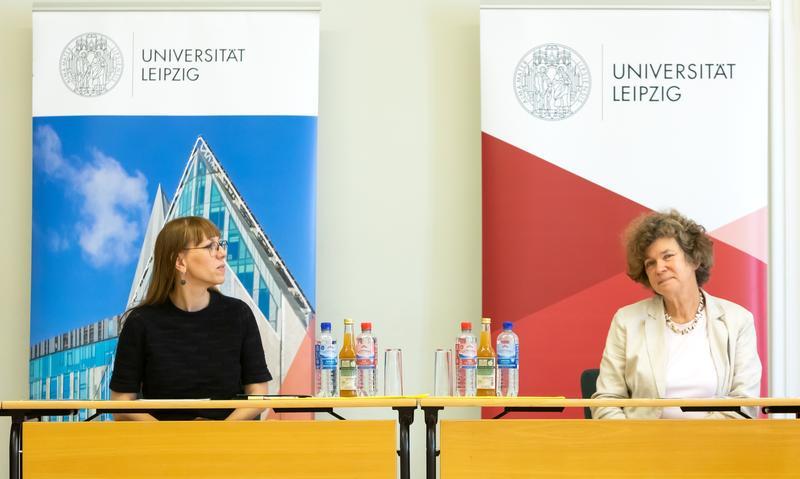 Sachsens Demokratieministerin Katja Meier mit der Leipziger Universitätsrektorin Prof. Dr. Beate Schücking.