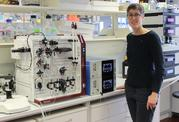 Prof. Dr. Birte Höcker in a biochemistry laboratory on the Bayreuth campus. The research equipment makes it is possible to determine the average size of proteins and their absolute molecular mass.