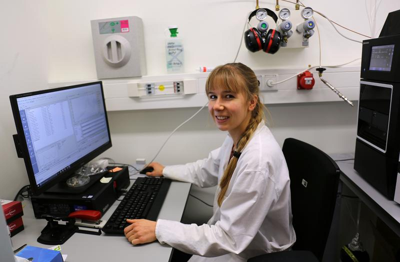 Marisa Wirth at her workplace in the IOW measuring the glyphosate content with liquid chromatography and mass spectrometry.