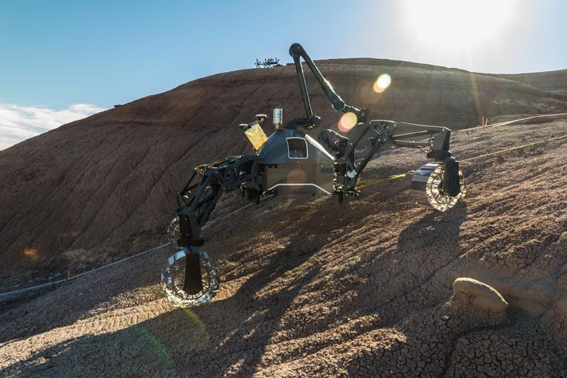During field tests in the US state of Utah, the space exploration systems SherpaTT (front) and Coyote III (back) are put to test in a Mars-like terrain.