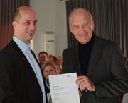 Marcelo da Veiga, Rektor der Alanus Hochschule, überreicht Götz W. Werner (rechts) die Ernennungsurkunde zum Gastprofessor