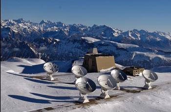 Das von den Wissenschaftlern benutzte Radioteleskop: das IRAM-Interferometer auf dem Plateau de Bure in den französischen Alpen IRAM/Rebus