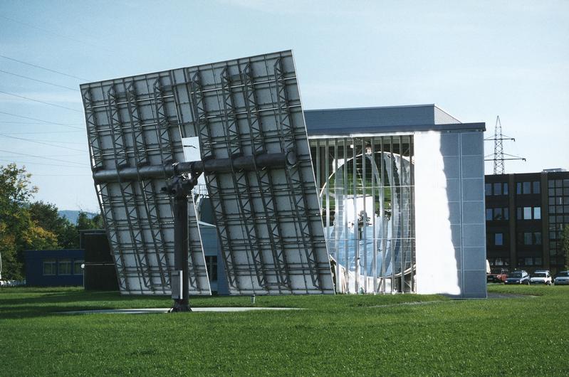 Der Solarofen des PSI kann die Strahlung der Sonne bis zu 5000-fach konzentrieren. Damit können Hochtemperatur-Solarreaktoren getestet werden.