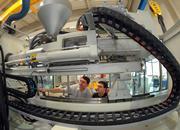 Mario Porges und Udo Tiepmar richten im Zentrum Integrativer Leichtbau (ZIL) der Professur Strukturleichtbau und Kunststoffverarbeitung eine Mehrkomponenten-Spritzgießanlage mit Wendeplattentechnik von KraussMaffei ein, die im Rahmen des Netzwerkprojektes FENAFA zum Einsatz kommt.