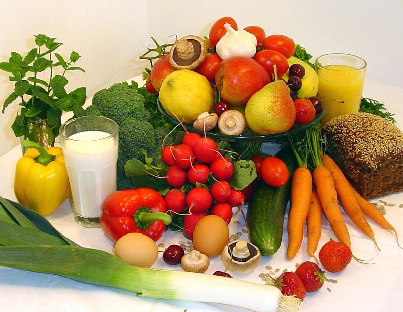 Eine gesunde ernährung mit vergleichsweise viel obst gemüse und
