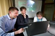 Dietrich Klakow (l.), Thomas Kleinbauer and Anna Schmidt have, together with partners, developed a dialogue system that supports collaboration between computer gamers speaking different languages