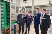 Dr. Olivier Stalter (2nd from right) and the institute directors Prof. Hans-Martin Henning (l.) and Dr. Andreas Bett (r.) explain the equipment of the new lab to State Secretary Andreas Feicht.