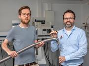 Prepare a measurement in the laboratory: Martin Peter (left) and Dr. Gregor Hagelüken (right) from the Institute of Physical and Theoretical Chemistry at the University of Bonn.