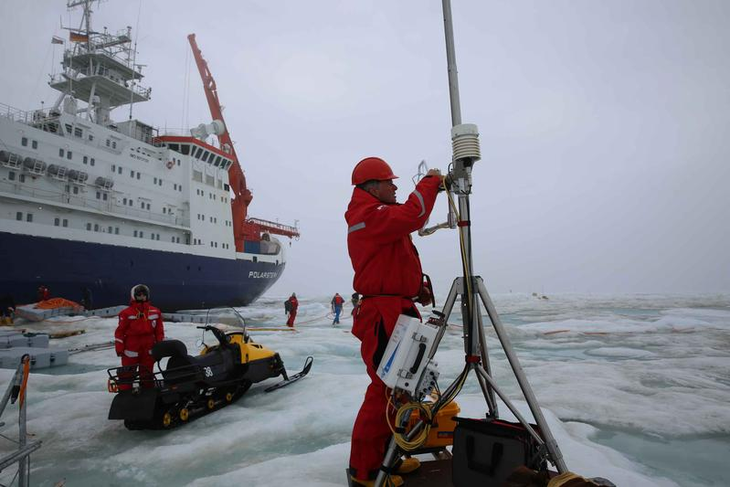 Dismantling of the equipment on the ice floe.