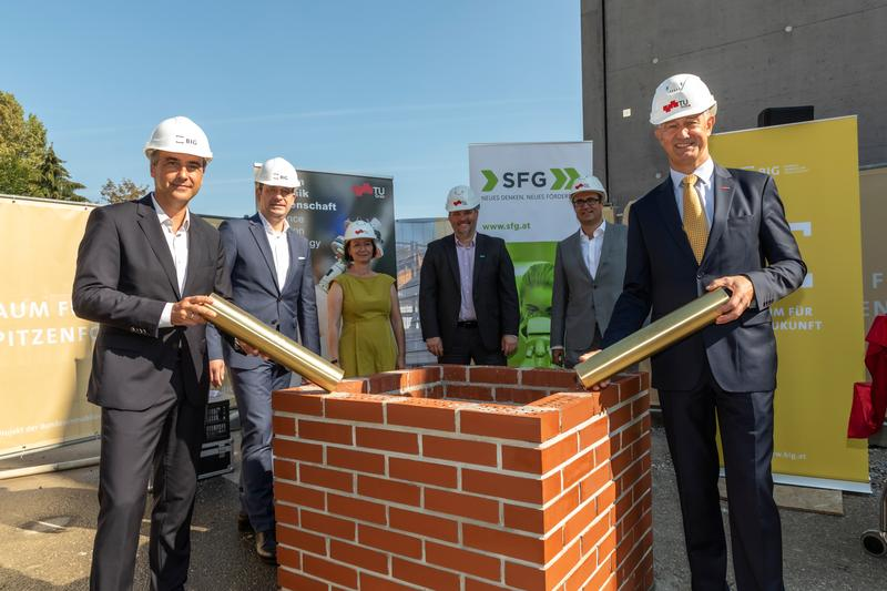 Laying of the foundation stone for Data House & SAL Building: Mayor Siegfried Nagl, Hans-Peter Weiss, CEO of the BIG, Stefanie Lindstaedt, CEO Know Center, Gerald Murauer, CEO of SAL, Christoph Ludwig, CEO of SFG and Rector Harald Kainz (f.l.).