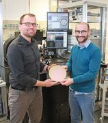 Winner of the Leibniz Founder Award 2021- Prof. Dr. Andreas Mai (left) und Dr. Patrick Steglich (right) from the Leibniz Institute for High Performance Microelectronics © IHP